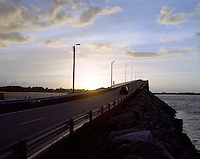 En bil kjører over Giskebrua en sommerkveld.<br /> Foto: Svein Ove Ekornesvåg