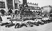 Pod pomnikiem MIckiewicza w Krakowie. żołnierze przechodzący do rezerwy, tradycyjne spotkali się Na Rynku Głównym pod pomnikiem wieszcza i robili pompki, głośno skandując  nazwę miesięcy, które spędzili w wojsku. 1978 rok