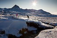 Guðrún Ragna og Ari Carl leika sér í læk við Hvalvatn. Háasúla í Botnssúlum í baksýn.