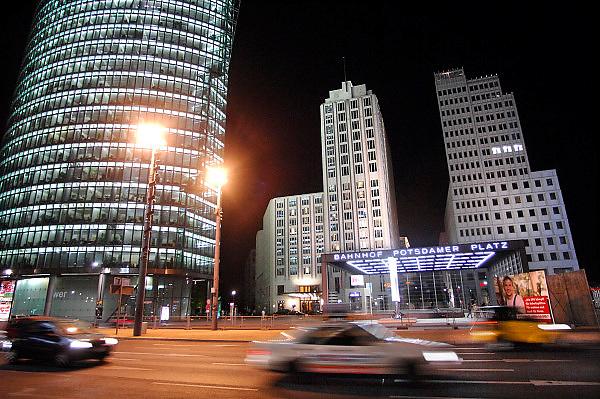 Duitsland, Berlijn, 22-8-2009 S-Bahnhof Potsdamer Platz, Sony Center und Beisheim Center. Links de toren van Sony, Bahntower, DB-tower, db tower.Foto: Flip Franssen/Hollandse Hoogte
