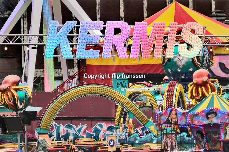 Nederland, Nijmegen, 8-10-2020 De najaarskermis is uitgeweken naar het terrein van de Nyma en Vasim, buiten het stadscentrum . Vanwege de corona vond burgemeester Bruls dat er in het centrum van de stad onvoldoende ruiimte is om afstand te houden . De kermisexploitanten hebben veel moeite gedaan het terrein en de attracties coronaproof te maken . Helaas was het het grootste deel van de week slecht weer met regen . Foto: ANP/ Hollandse Hoogte/ Flip Franssen