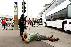 05.09.2015, Westbahnhof, Wien, AUT, Flüchtlinge auf den Weg durch die Staaten der EU, im Bild ein Flüchtling am Westbahnhof vor den ankommenden Bussen // Immigrants from the Middle Eastern countries and Africa arrived at the Railway station in Vienna, Austria on 2015/09/05. EXPA Pictures © 2015, PhotoCredit: EXPA/ Sebastian Pucher