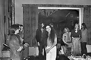 Nederland, Boxmeer, 15-10-1976Een nog jonge actrice in opleiding Sylvia Millecam geeft met een aantal vrienden een voorstelling in Boxmeer.Het optreden voor jongeren bevatte al veel satire.Linksvoor haar toenmalige vriend.Foto: Flip Franssen/Hollandse Hoogte