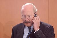 27 MAR 2002, BERLIN/GERMANY:<br /> Gunter Pleuger, Staatssekretaer Auswaertiges Amt, telefoniert mit dem Handy, vor Beginn der Kabinettsitzung, Bundeskanzleramt<br /> IMAGE: 20020327-01-003<br /> KEYWORDS: Kabinett, Telefon, phone, mobile, Mobiltelefon
