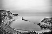 Engeland, England, 15-8-1990Landschap , kustlandschap. Reisreportage door het zuiden van Engeland. Strand en zee in de omgeving van Portsmouth . Badgasten  liggen op het strand in een baai van de noordzee, het kanaal . Krijtrotsen vormen de kust .Foto: Flip Franssen