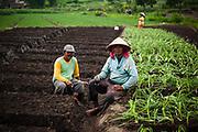 Man drinkt koffie tubruk, een traditioneel koffie gebruik in Indonesië.