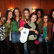 NLD/Baarn/20051229 - Persconferentie finalisten Idols 2005, alle vrouwelijke finalisten en zwangere Charissa met Idols baby rompertje