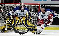 ISHOCKEY Eliteserien 2. oktober 2005 STJERNEN - VÅLERENGA<br /> VIF-keeper Tyrone Garner og Zoran Katalina<br /> FOTO KURT PEDERSEN