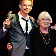 NLD/Amsterdam/20100322 -  Uitreiking Rembrandt Awards 2009, barry Atsma en zijn gewonnen rembrandten Nelly Frijda