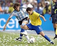 Bildnummer: 02967405  Datum: 15.07.2007 Brasil - Argentina , Copa America,<br /> Elano (Brasilien, re.) gegen Gabriel Heinze (Argentinien) - <br /> <br /> Norway only