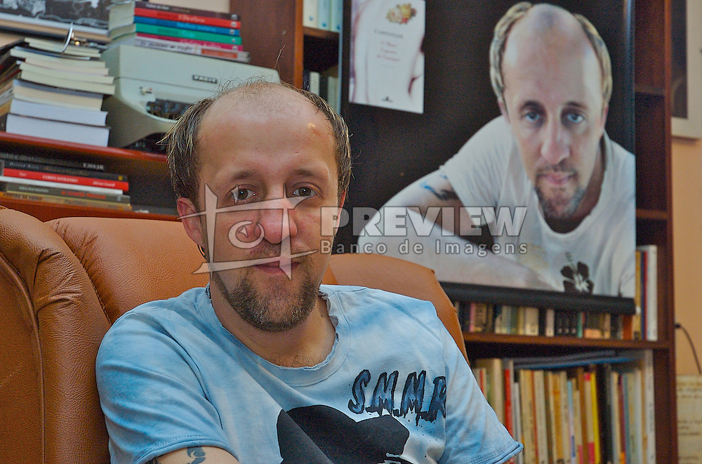 O poeta e jornalista gaúcho Fabricio Carpinejar posa para foto em sua casa, na cidade de São Leopoldo. FOTO: Lucas Uebel/Preview.com