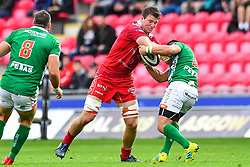 Ed Kennedy of Scarlets is tackled by Dewaldt Duvenage of Benetton Treviso<br /> <br /> Photographer Craig Thomas/Replay Images<br /> <br /> Guinness PRO14 Round 3 - Scarlets v Benetton Treviso - Saturday 15th September 2018 - Parc Y Scarlets - Llanelli<br /> <br /> World Copyright © Replay Images . All rights reserved. info@replayimages.co.uk - http://replayimages.co.uk
