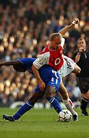 Dennis Bergkamp (Arsenal) tangles with Claude Makelele (Chelsea) Arsenal v Chelsea, Highbury, 18/10/2003, Premiership Football. Credit : Colorsport / Robin Hume. Digital File Only.