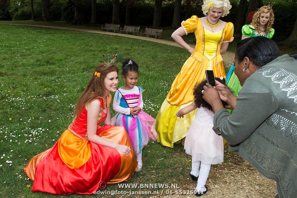 NLD/Baarn/20140423 - Perspresentatie Prinsessia, cast, Helle Vanderheyden gaat op de foto met Edsilia Rombley's dochter Imaani