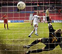Fotball<br /> Danmark<br /> Foto: Polfoto/Digitalsport<br /> NORWAY ONLY<br /> <br /> 17.09.2006<br /> Andre Bergdølmo fra FC København scorede søndag til 1-0 på et straffespark mod FC Nordsjællands målmand Kim Christensen, da FC København og FC Nordsjælland mødte hinanden i 9. runde af SAS-ligaen i Parken i København. FCK vandt kampen 1-0