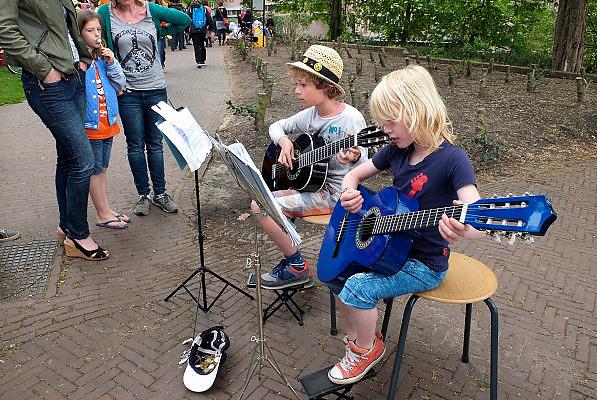 Nederland, Nijmegen, 26-4-2014Eerste, 1e Koningsdag. Vrijmarkt op het Valkhof. Muziek maken door kinderen voor een kleine beloning.Foto: Flip Franssen/Hollandse Hoogte