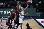 Basketball: Deutschland, 1. Bundesliga, Hamburg Towers -  Telekom Baskets Bonn, Hamburg, 12.02.2021<br /> James Thompson IV (Bonn, l.) - TJ Shorts (Towers)<br /> © Torsten Helmke