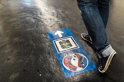 20.06.2016, Paris, FRA, UEFA Euro 2016, Frankreich, Das tägliche Leben, im Bild Füsse vor einem UEFA EURO Logo mit einem Wegweiser Richtung Stadion // Feet in front of a UEFA EURO logo with a signpost Stadium The UEFA EURO 2016 France held from June 10 to July 10 2016, pictured in Paris, France on 2016/06/20. EXPA Pictures © 2016, PhotoCredit: EXPA/ JFK