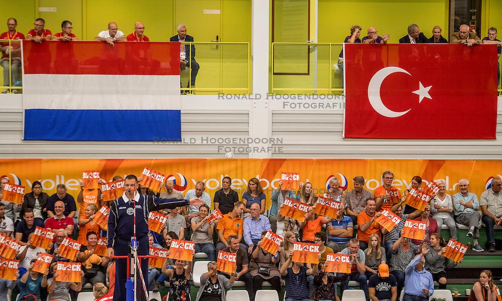 23-09-2016 NED: EK Kwalificatie Nederland - Oostenrijk, Koog aan de Zaan<br /> Nederland wint met 3-0 van Oostenrijk / Publiek support onder de vlaggen waar het omgaat, Nederland - Turkije