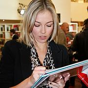 NLD/Amsterdam/20111114 - Presentatie Sinterklaasboeken Douwe Egberts & C1000, Renate Verbaan signeert