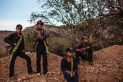 Un grupo de indígenas Coras portando sus morrales en Huaynamota durante la Semana Santa.