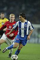 PORTO-25 FEVEREIRO:DECO #10 and PAUL SHOLES #18 Jogo F.C. Porto vs Manchester United F.C. primeira mao dos oitavos de final da Liga dos campeoes realizado no estadio do Dragao 25/02/2004.<br />(PHOTO BY:NUNO ALEGRIA/AFCD)