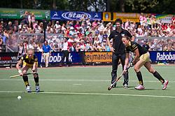 04-06-2011 HOCKEY: PLAY-OFF FINALE DEN BOSCH - LAREN: DEN BOSCH<br /> (L-R) Maartje Goderie en Maartje Paumen oefenen strafcorners tijdens de warming-up, coach Raol Ehren<br /> ©2011-WWW.FOTOHOOGENDOORN.NL / Peter Schalk