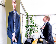 FV19. Rasmus Paludan fra Stram Kurs beundrer et stort billede af sig selv på Valgfolkemøde på TV2 i Odense.