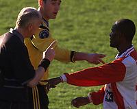 20010506: Lyns Mohammend Ouseb får kjeft av Lillestrømspilleren Clayton Zane etter at sistnevne ble taklet styggt. Dommer Frode Kvam ser på. Lillestrøm - Lyn på Åråse