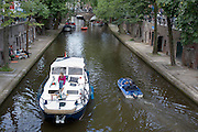 Op de Oudegracht in Utrecht varen diverse boten.<br />