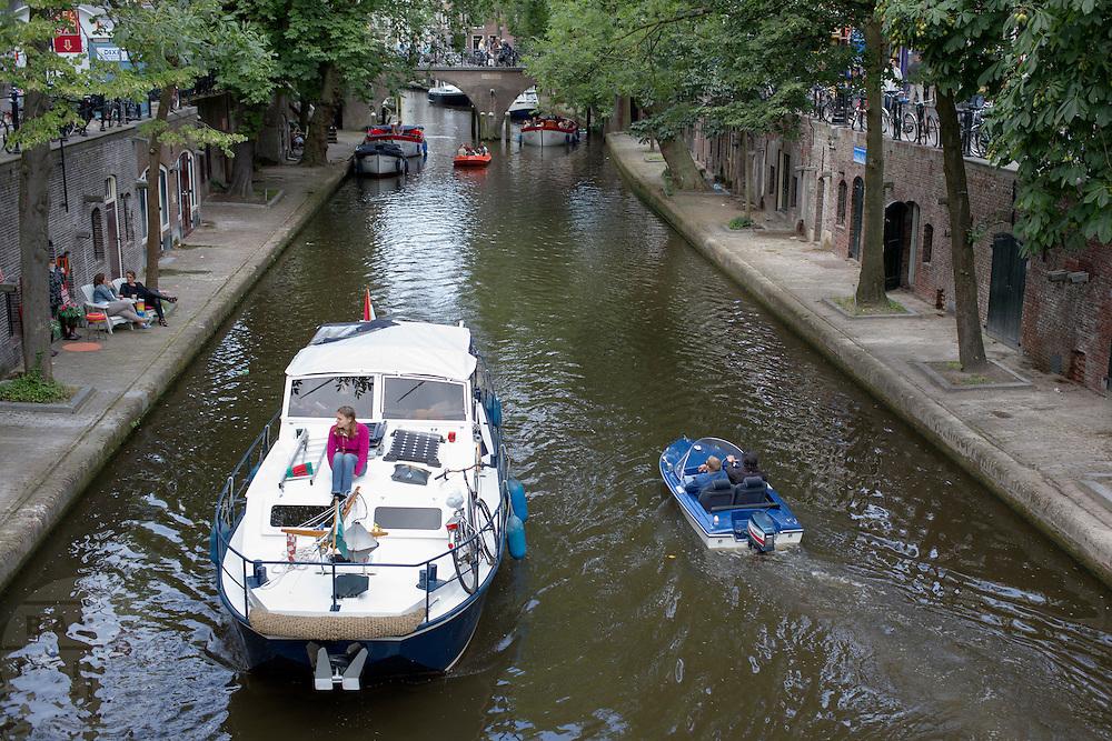 Op de Oudegracht in Utrecht varen diverse boten.<br /> <br /> All kind of boats sailing at the Oudegracht in Utrecht.
