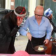 NLD/Amsterdam/20130701 - Keti Koti Ontbijt 2013 op het Leidse Plein, Adelheid Roosen en Marc Marie Huijbregts aan het koken