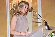 Prinses Máxima reikt op haar 40ste verjaardag de Appeltjes van Oranje 2011 uit . Het Appeltje van Oranje is een jaarlijkse prijs van het Oranje Fonds voor bijzondere, innovatieve of succesvolle projecten op sociaal gebied. Het Oranje Fonds waardeert hiermee in de eerste plaats het werk en de inzet van de winnende organisaties. Daarnaast is het bedoeld om anderen te inspireren soortgelijke initiatieven op te zetten. De prijs, een bronzen beeld van een Appeltje van Oranje, is ontworpen en gemaakt door de Koningin. Aan de prijs is een geldbedrag verbonden van 15.000 euro.<br /> De winnaars zijn Shake it! Academy, Zoet & Zout en Jong geleerd, jong gebleven<br /> <br /> Princess Máxima reaches its 40th anniversary on the apples of Orange from 2011. The Command of Orange is an annual award of the Orange Fund for special, innovative and successful projects in the social field. The Oranje Fonds appreciates this in the first place the work and commitment of the winning organizations. It is also meant to inspire others to set up similar initiatives. The award, a bronze sculpture of an apple of Orange, was designed and created by the Queen. The prize is a sum of money of 15,000 euros.<br /> The winners are Shake it! Academy, Young and Sweet & Salty learned, remain young