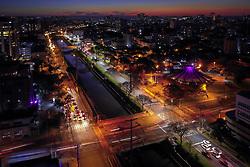 Luminárias de LED instaladas na avenida Ipiranga contrastam com as antigas lâmpadas de vapor de sódio. FOTO: Jefferson Bernardes/ Agência Preview