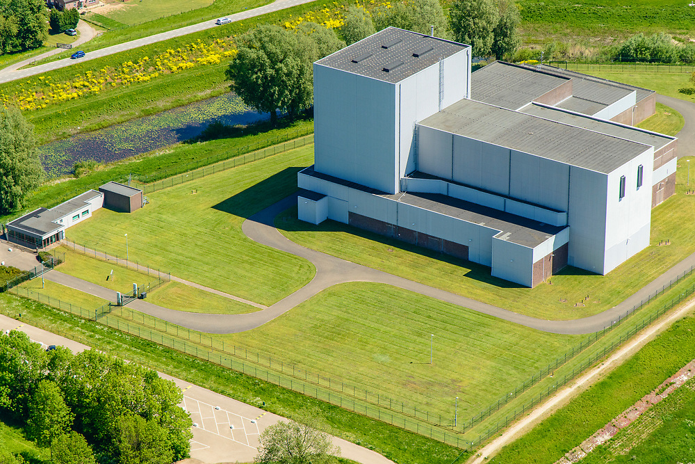 Nederland, Gelderland, Gemeente Neder-Betuwe, 13-05-2019; Dodewaard, Waalbandijk met Kernenergiecentrale te Dodewaard (KCD). De voormalige Kerncentrale is buiten bedrijf gesteld en de zgn. 'Veilige insluiting' is gerealiseerd. Na een wachttijd van veertig jaar zal de centrale in 2045 ontmanteld worden. Rivier de Waal zorgde in het verleden voor koelwater.<br /> Former Nuclear Power Plant,  has been taken out of operation and the so-called 'Safe Inclusion' has been realized. Dismantling will take place in the year 2045 after a waiting period of forty years.<br /> <br /> luchtfoto (toeslag op standard tarieven);<br /> aerial photo (additional fee required);<br /> copyright foto/photo Siebe Swart