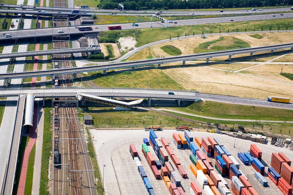 Nederland, Rotterdam, Pernis, 04-07-2006;  infrastructuur knooppunt (omgeving knooppunt Benelux), autosnelweg A4 en lokale wegen (naar nabij gelegen containerterminal) gaan over sporen Betuweroute. .Container cargo handling on the terminaof company ECT, in the Waalhaven (harbour) of the Port of Rotterdam, view on the highways of Rotterdam, and the railways to transport the cargo into Europe.. .luchtfoto (toeslag); aerial photo (additional fee required); .foto Siebe Swart / photo Siebe Swart