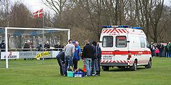 FODBOLD: Ambulance på banen efter hovedskade til en liggende Momodou Luom (Helsingør) under kampen i Kvalifikationsrækken, pulje 1, mellem Rishøj Boldklub og Elite 3000 Helsingør den 9. april 2007 på Rishøj Stadion. Foto: Claus Birch