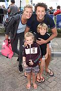 Amsterdam City Swim 2017, een zwemtocht van 2017 meter door de Amsterdamse grachten. Het evenement heeft als doel aandacht vragen voor ALS en geld bijeen brengen voor deze meedogenloze en ongeneselijke ziekte. <br /> <br /> Op de foto:  Jan Joost van Gangelen met zijn vriendin Marieke Schipper, zoon Thijs T en dochter  Koosje