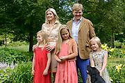 Koninklijke fotosessie 2013 op landgoed De Horsten ( het huis van de koninklijke familie)  in Wassenaar.<br /> <br /> Royal photoshoot 2013 at De Horsten estate (the home of the royal family) in Wassenaar.<br /> <br /> Op de foto / On the photo:  Koning Willem-Alexander en koningin Maxima met de prinsesjes Amalia, Alexia en Ariane<br /> <br /> King Willem-Alexander and Queen Maxima  with the princesses Amalia, Alexia and Ariane