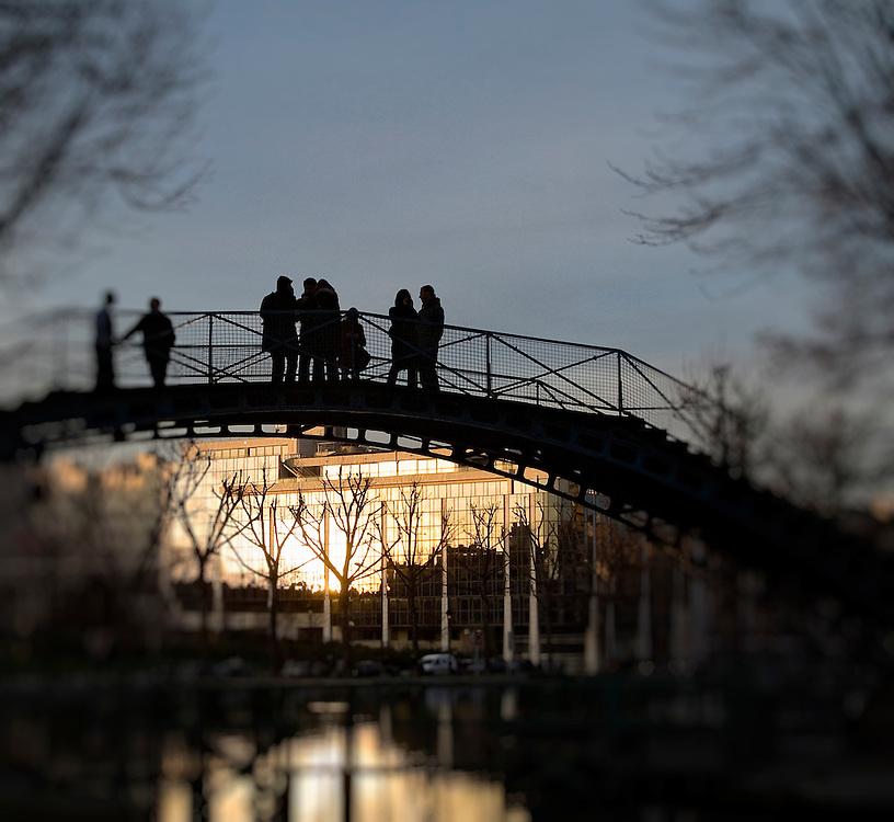 Passerelle de l'écluse des Récollets, Canal Saint-Martin, Paris, Paris-Ile-de-France, France.<br /> Footbridge of the Récollets' canal lock, Canal Saint-Martin, Paris, Paris-Ile-de-France region, France.