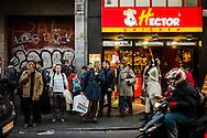 10 november 2011 Elsense steenweg Elsene Brussel. mensen van heel verschillende etniciteit wachten op de bus op de drukke stoep voor de Hector Chicken in Elsene. Dit stuk weg zal verbreed en vernieuwd worden.
