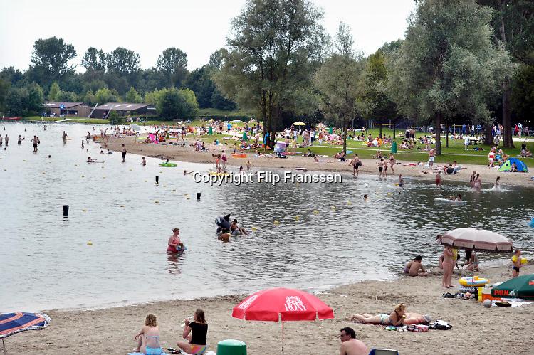 Nederland, Wijchen, 31-7-2014Recreanten bij recreatieplas de berendonck. kwaliteit zwemwater, hitte, verkoeling, blauwalg, recreatie, zomer, kinderbad, zwemmen, zwemdiploma. Zonnen.Foto: Flip Franssen