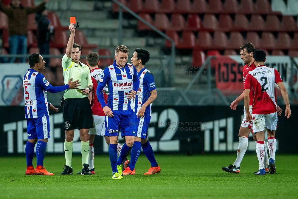 05-02-2017 NED: FC Utrecht - Heerenveen, Utrecht<br /> 21e speelronde van seizoen 2016-2017, Nieuw Galgenwaard / Scheidsrechter Jochem Kamphuis geeft Sam Larsson de rode kaart