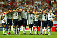 Fotball<br /> Euro 2004<br /> 24.06.2004<br /> Foto: SBI/Digitalsport<br /> NORWAY ONLY<br /> <br /> Kvartfinale<br /> England v Portugal<br /> <br /> The England team watch the penalty shoot-out