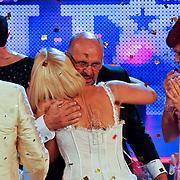NLD/Hilversum/20100910 - Finale Holland's got Talent 2010, Angelique van Akkeren omhelst Martin Hurkens