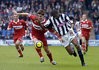Fotball<br /> Premier League 2004/05<br /> West Bromwich v Middlesbrough<br /> 14. november 2004<br /> Foto: Digitalsport<br /> NORWAY ONLY<br /> Boro's Chris Riggott (L) battles for possession with Nwankwo Kanu