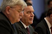 05 JAN 2005, BERLIN/GERMANY:<br /> Joschka Fischer (L), B90/Gruene, Bundesaussenminister, und Gerhard Schroeder (R), SPD, Bundeskanzler, waehrend einer Pressekonferenz zur Fluthilfe der Bundesregierung<br /> and Joschka Fischer (L), Federal Minister of Foreign Affairs, und Gerhard Schroeder (R), Federal Chancellor of Germany, press conferece about the donations for the tsunami-hit nations<br /> IMAGE: 20050105-01-021<br /> KEYWORDS: Gerhard Schröder, Flutkatastrophe, Sturmflut, Erdbeben, Treppe, Tsunami
