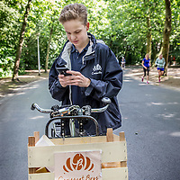 Nederland, Amsterdam, 3 juli 2016.<br /> De Croissant Boys, een familiebedrijf bestaande uit 3 broers die zondagochtend tussen 9-12 uur verse croissants met roomboter en/of jam en verse jus d'orange bij u thuis bezorgt.<br /> Willem Rosier bekijkt de route naar het volgende aflever adres.<br /> <br /> The Croissant Boys, a family business consisting of three brothers who deliver fresh croissants with butter and / or jam and fresh orange juice to your home on sunday mornings between 9-12 am.  <br /> <br /> <br /> Foto: Jean-Pierre Jans