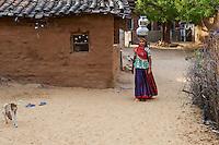 Inde, Rajasthan, village de Meda dans les environs de Jodhpur, population Rabari, corvé d'eau  // India, Rajasthan, Meda village around Jodhpur, Rabari ethnic group
