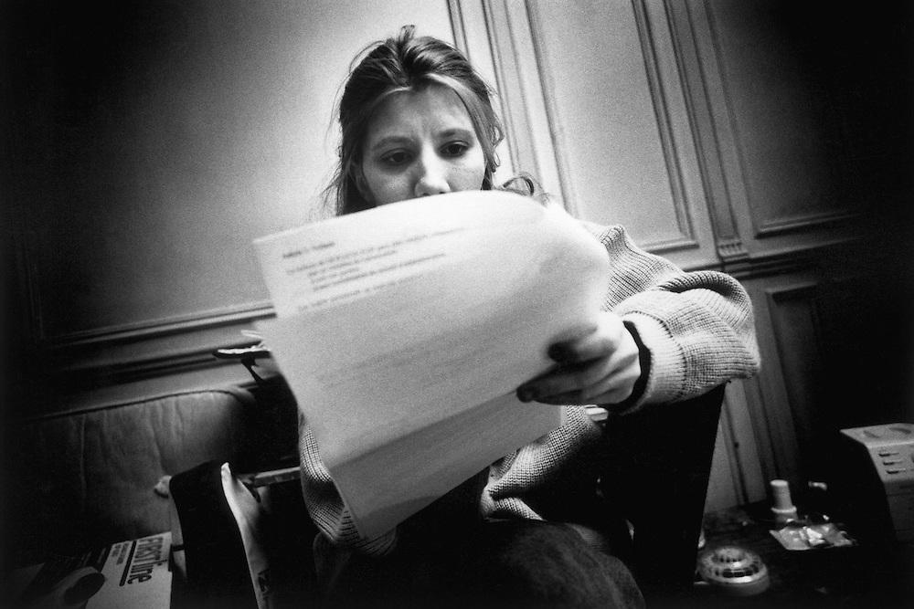 Paris, 1996. Le bail. La famille va etre relogee legalement dans un appartement.